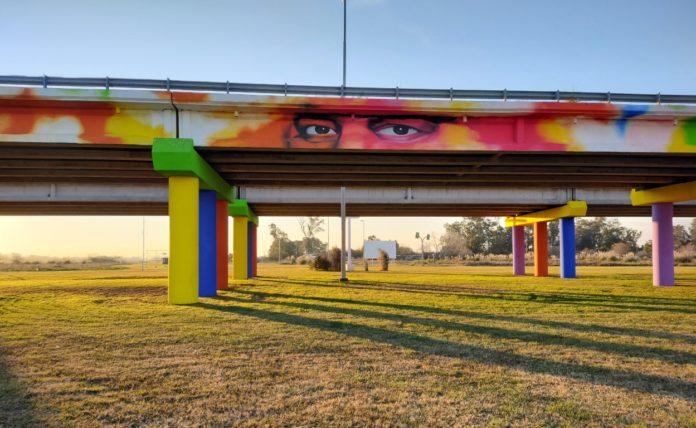 El inmenso mural de 120 metros de largo que homenajea a las víctimas de la pandemia de coronavirus. (Télam)