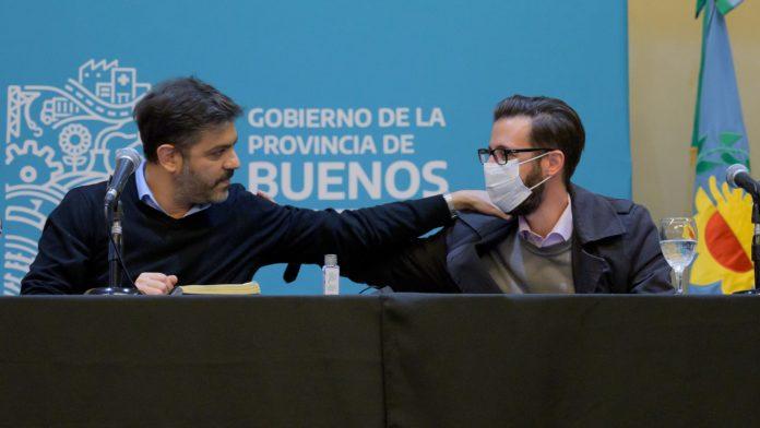 Carlos Bianco y Agustín Simone en la firma de los contratos. (Twitter @Carli_Bianco)
