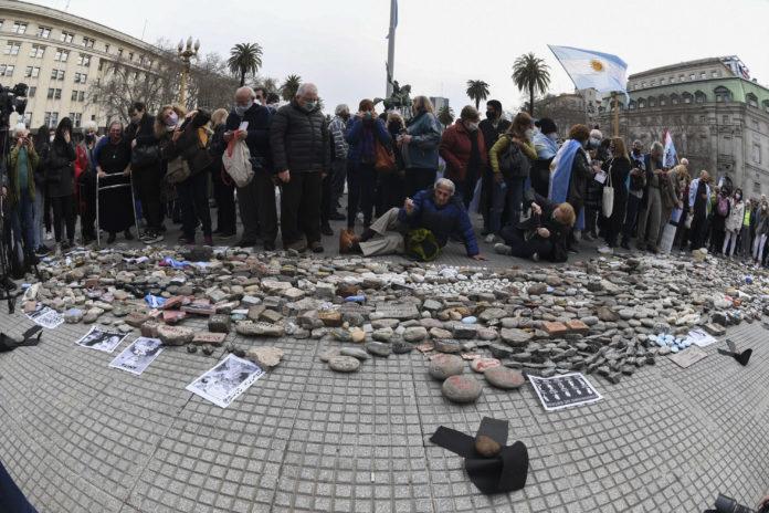 El Gobierno construirá un espacio en memoria de muertos por Covid con las piedras dejadas tras la marcha