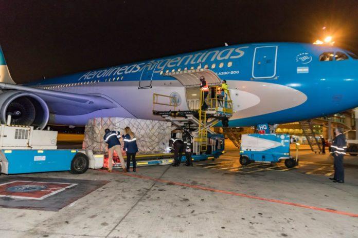 Llegaron 400 mil vacunas donadas por España y hoy parte otro vuelo a Rusia