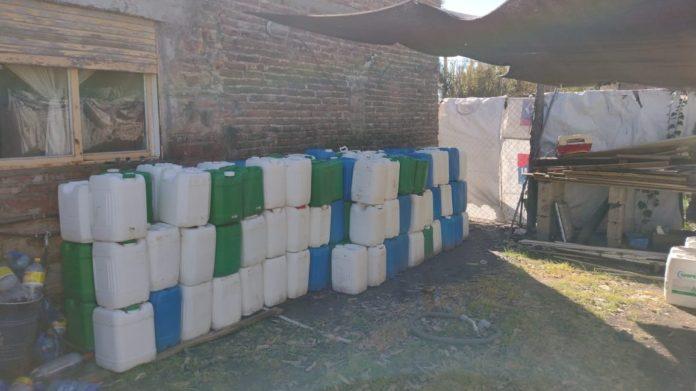 Bahía Blanca y Necochea: hallan cientos de bidones de agroquímicos vacíos en viviendas