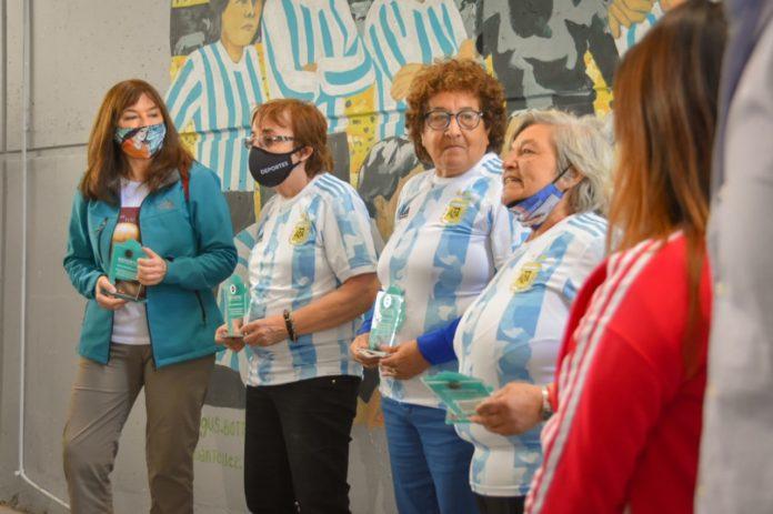 """Provincia homenajeó a """"las pioneras"""" del fútbol femenino en el país"""