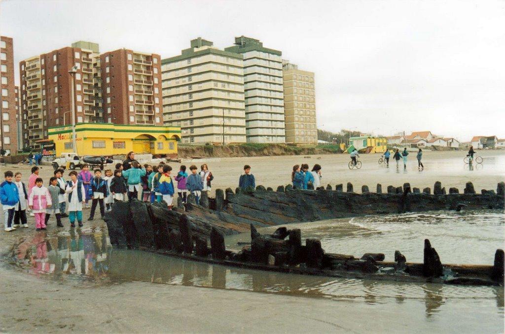 Los restos del Margaretha hoy en día, frente a la playa de Mar de Ajó en Libertador y la Costanera. (Facebook Adriana Pisani)