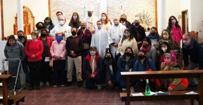 El obispo Gabriel Mestre junto a los demás sacerdotes marplatenses y gente de la comunidad. (La Capital)