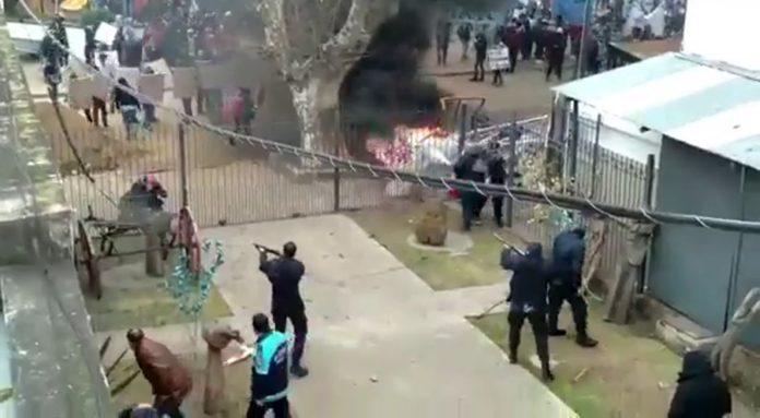 Enfrentamientos entre manifestantes y policías en la Municipalidad de Lomas de Zamora. (Captura de video)