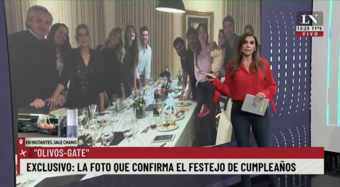 La fotografía en el cumpleaños de Fabiola Yañez que provocó la polémica. (Twitter @guadavazquez)