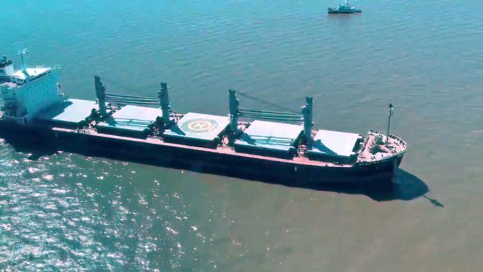 El barco en el que se rescató un tripulante con síntomas de coronavirus, visto desde el helicóptero.