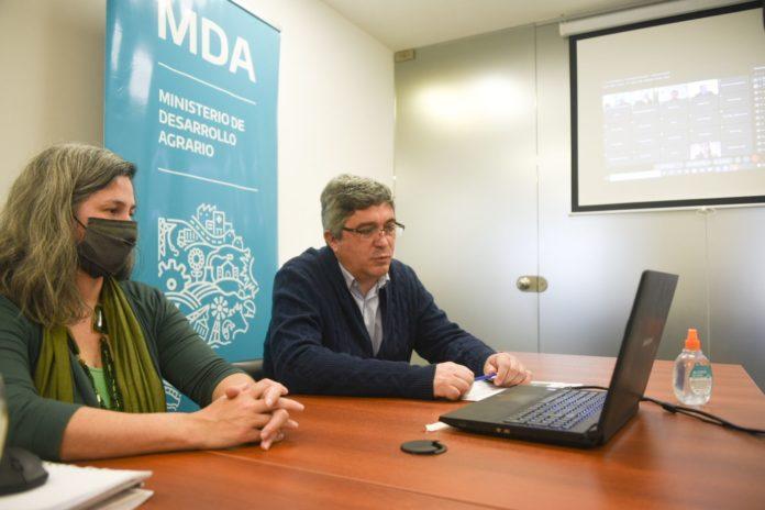 La subsecretaria de Agricultura, Ganadería y Pesca, Carla Seain, junto al ministro Rodríguez. (Prensa MDA)
