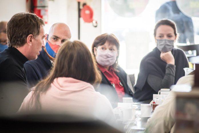 Santilli, Kambourian y Ocaña compartieron un café con vecinos de Malvinas Argentinas. (Twitter @gracielaocana)