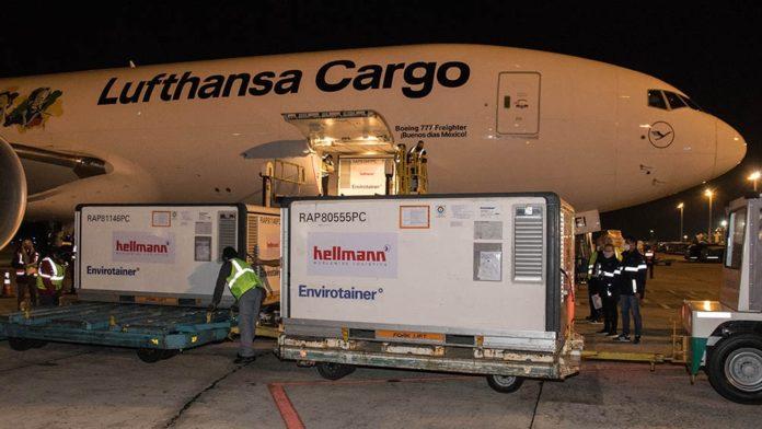 Las vacunas llegan en tres vuelos de la empresa alemana Lufthansa. (Télam)