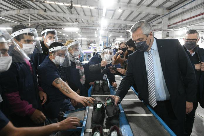 Fernández visitó en Chivilcoy una fábrica que había cerrado en el gobierno de Macri