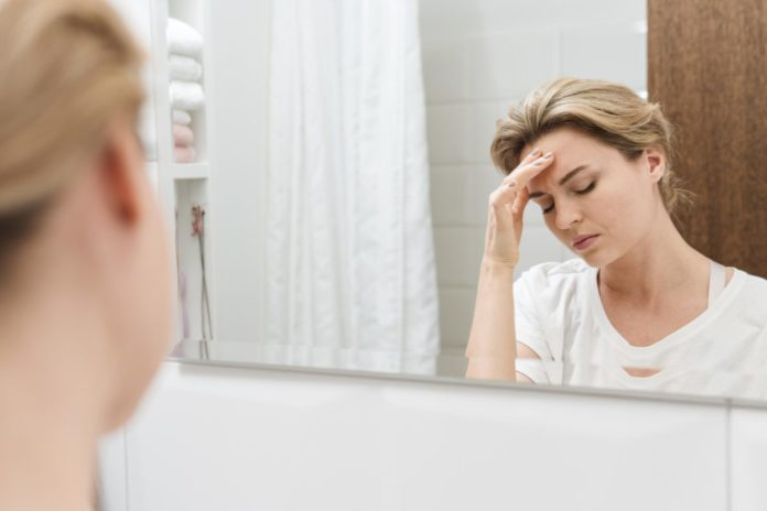 Suele manifestarse en la pubertad y el pico de prevalencia es entre los 25 y 55 años de edad.