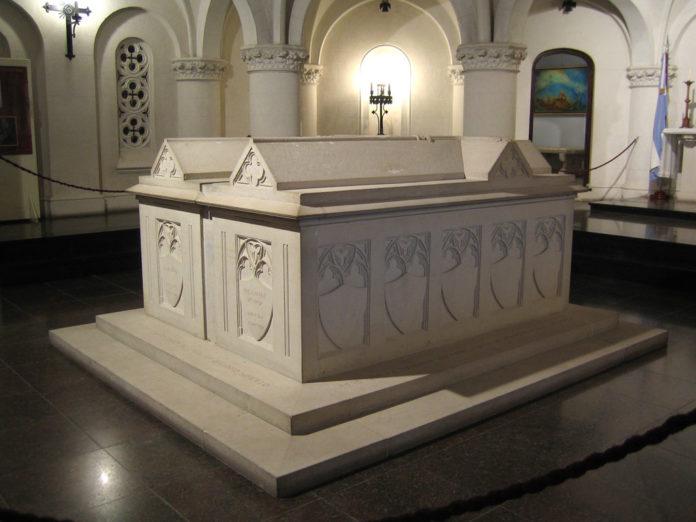 La cripta donde descansan los restos de Dardo Rocha y su esposa Paula Arana. (DIB)