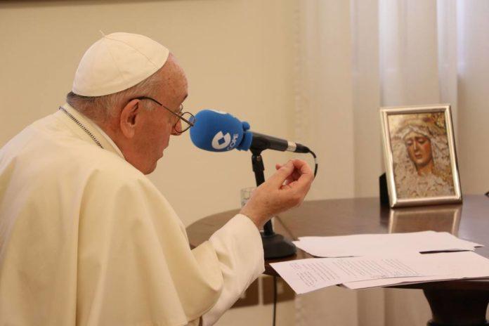 El papa Francisco participa de la entrevista para la radio de la conferencia episcopal de España. (Cope.es)