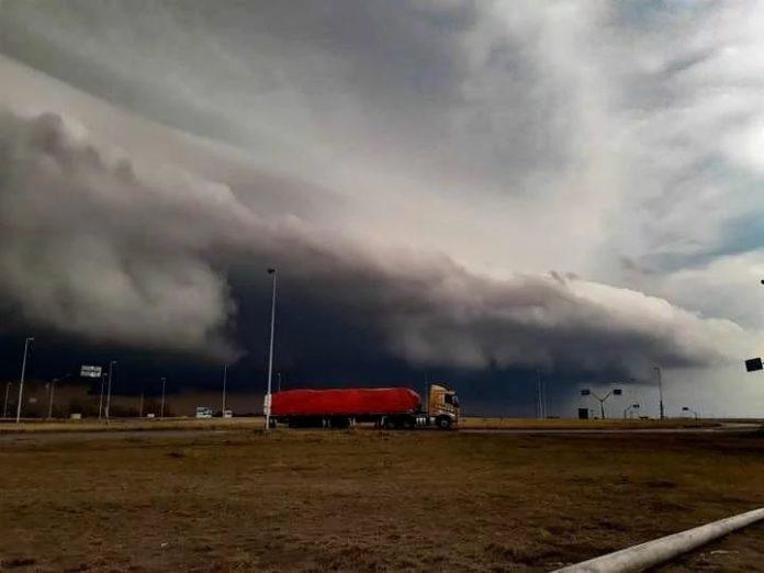 La llegada de la tormenta en Coronel Pringles. (Twitter)