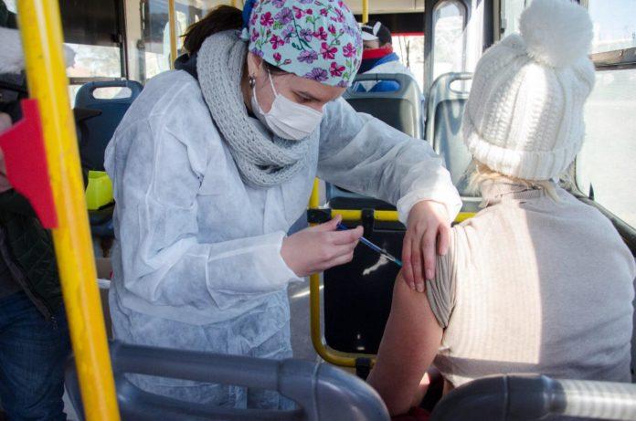 Los cinco vacunatorios móviles saldrán por la provincia para encontrar gente que aún no se inoculó contra la Covid.