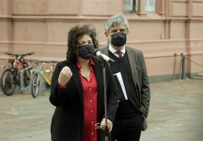 La ministra de Salud, Carla Vizzotti, habla con la prensa en la Casa Rosada. (Télam)