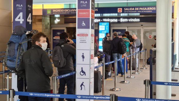 El Gobierno anunció la eliminación progresiva de los cupos de pasajeros para vuelos al exterior.