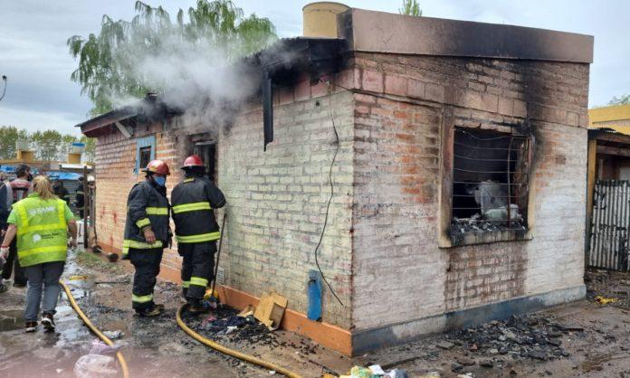 Fuentes policiales indicaron que el incendio se habría originado en la parte delantera de la casa. (La Brújula 24)
