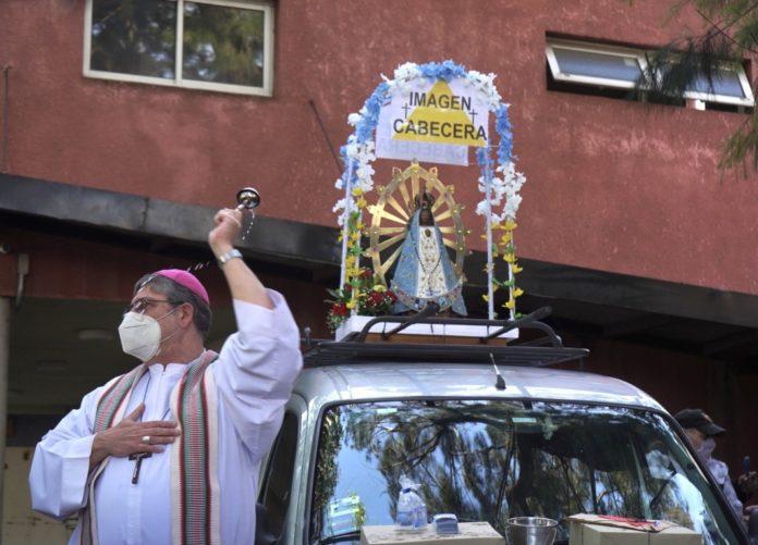 La imagen de la Virgen de Luján salió de la iglesia de San Cayetano, en Liniers, pasadas las 8. (Telam)