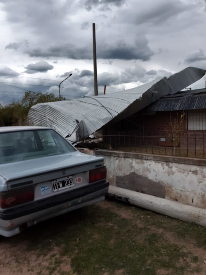 San Cayetano: el viento arrancó el techo de una vivienda y lo depositó sobre otra