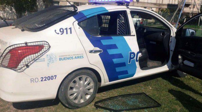 El patrullero estacionado frente a un barrio de monoblocks que terminó vandalizado. (Prensa Ministerio de Seguridad)